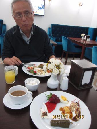 Basileus Hotel: We enjoyed the breakfast buffet!