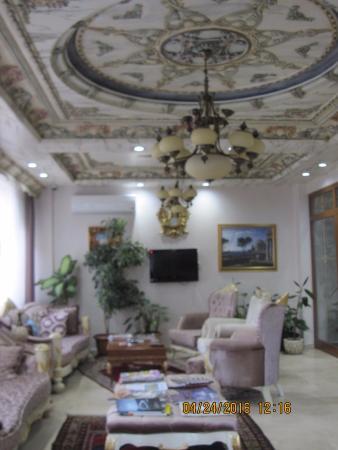 Basileus Hotel: Lovely lobby - a bit blurry, sorry!