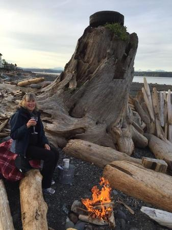 Driftwood by the Sea Inn and RV Resort: Beach fire with wine