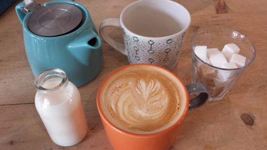 Weston on the Green, UK: Tea and Coffee (Latte)