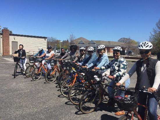 North Fork Bicycle Tours: Biker gang....and we're off!