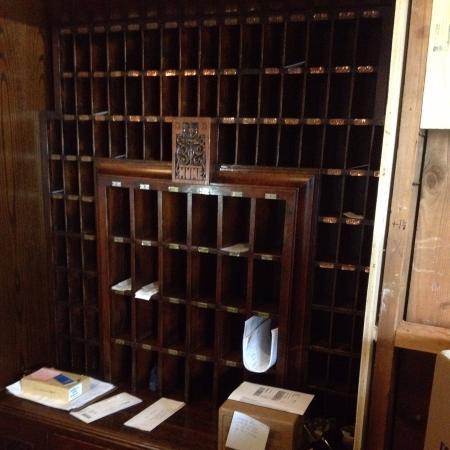 Hume Hotel & Spa: Original key/desk reinstalled during our visit