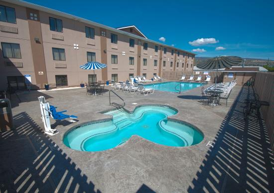Super 8 Wenatchee: Hot Tub and Pool area