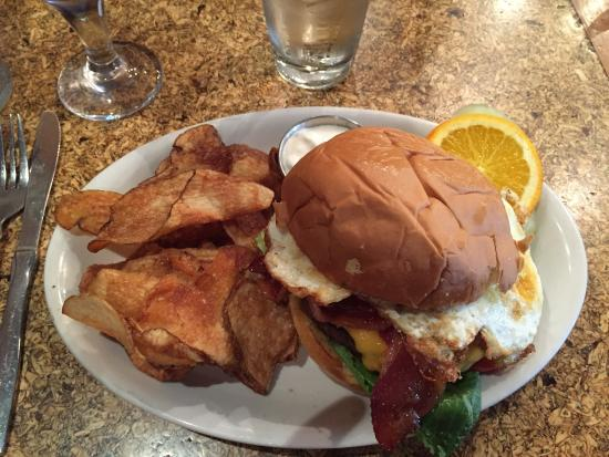 Wauwatosa, WI: Great brunch spot! Hangover hamburger with bacon and fried egg!