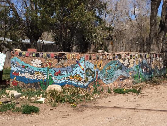 Penasco, Nuevo Mexico: The wall goes on and on