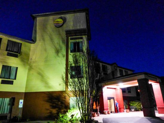 Comfort Inn : night shot