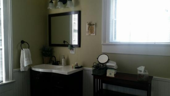 Coastal Dreams Bed & Breakfast: The bathroom in the Pacific Room - spacious and clean!