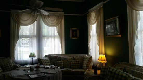 Coastal Dreams Bed & Breakfast: Common area - tastefully furnished.