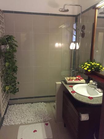 Ha An Hotel: Superior garden view room - rainfall shower