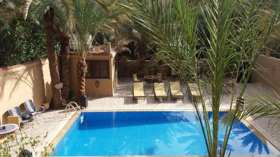 Aoufous, Marruecos: vue de la piscine depuis le balcon près de la chambre.
