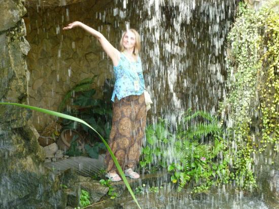Herb Garden Pattaya: ПРИЯТНО ПОСТОЯТЬ ЗА СТЕНОЙ ВОДОПАДА В ЖАРКИЙ ДЕНЬ