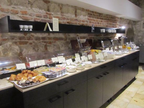 Senacki Hotel: Breakfast in wine cellar