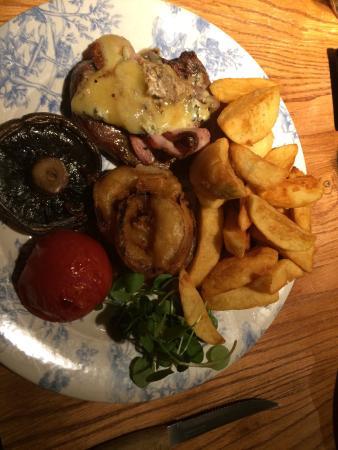 Baslow, UK: Mushroom and steak the same size?