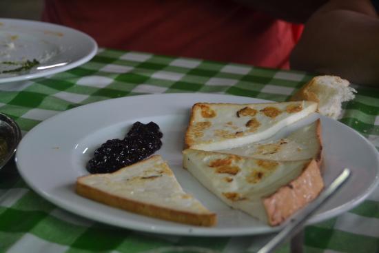 El Rancho de Nino: queso asado con mermelada de arándanos