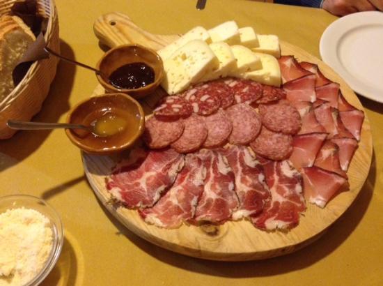 Montecassiano, Italia: Affettati e formaggi locali misti con miele e marmellata