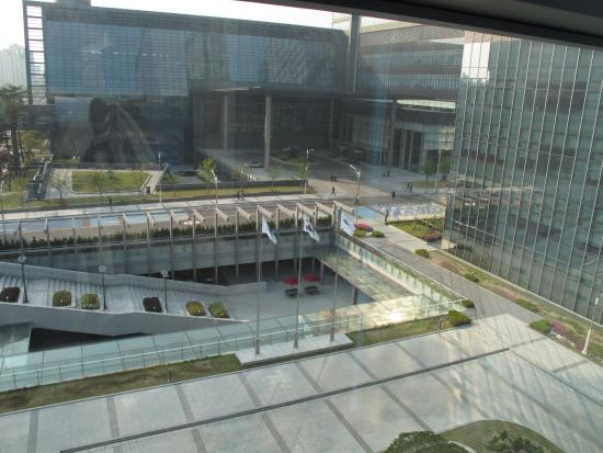 Suwon, Sydkorea: Looking out from the SIM building