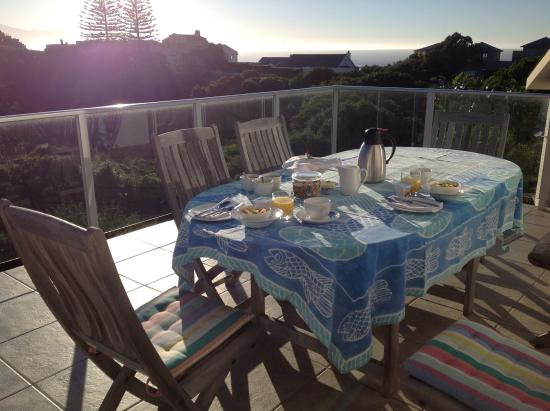 Anlin Beach House: Breakfast on terrace with ocean view