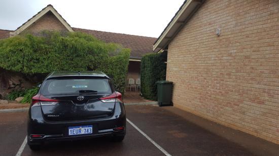 Augusta Molloy Motel: Parking area
