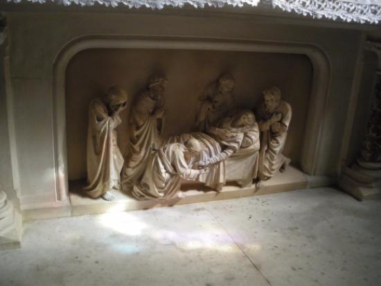 Aigueze, Francia: sculptures à l'intérieur