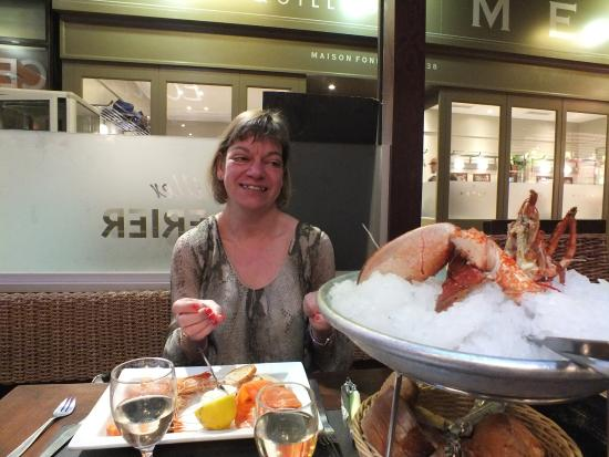 Ecailler Chez Georges: Assiette norvegienne, lobster, chablis and the wife!
