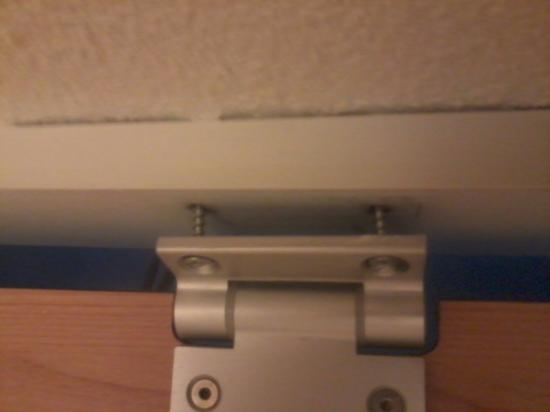 Ibis Budget Villemomble: porte des toilettes devissée