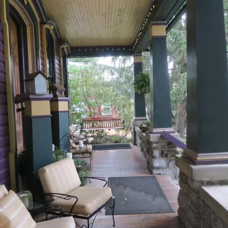 Amethyst Inn & Cottages: A comfortable place to sit on the porch.