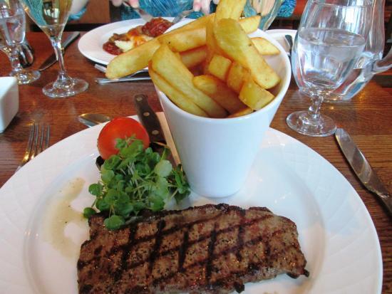 Sutton Scotney, UK: Minute Steak, Chips, Tomato and Mushroom