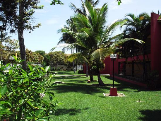 Hotel Praia do Muta: Jardim a frente dos quartos.
