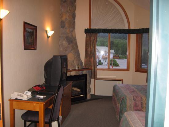 Camera piu anticamera con divano e tv. e piccolo angolo cucina ...