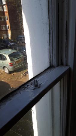 Carlton Hotel: NO LOCK ON WINDOW FOR PEOPLE TO BREAK IN (ROOF BELOW WINDOW LEVEL)