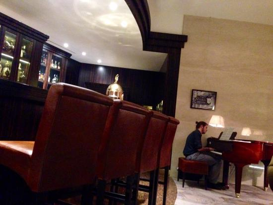 Hotel Continental: Pianist at Cohiba Lounge
