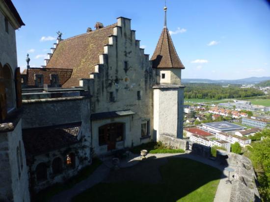 521437c192aa13 Schloss Lenzburg  Blick auf die Stadt. Schloss Lenzburg  Schöne Holzmöbel