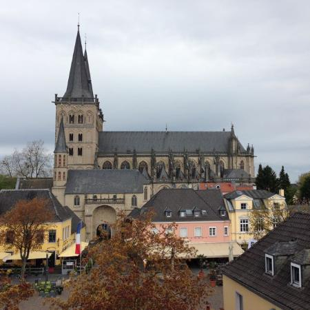 Xanten, Alemania: Blick vom Hotelzimmer auf Dom und Marktplatz