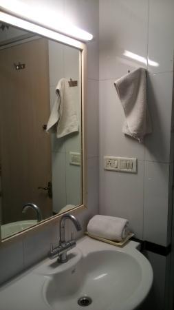 Grand Hotel Agra: Spacious bathroom
