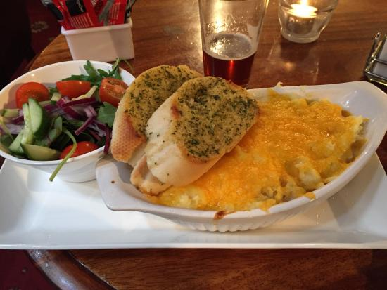 Cobbs at Nevisport: Fish pie a base di salmone, gamberi e cheddar accompagnato dal tipico garlic bread. Squisito!
