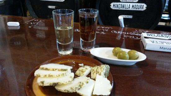 Taberna La Manzanilla: Sherry, dazu Käse und Oliven