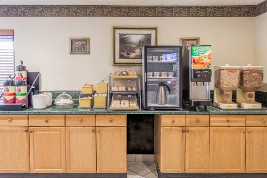 Red Roof Inn Edgewood : Breakfast area