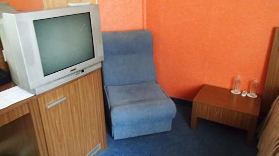 Diter Hotel: В номере чисто, есть мини бар с большим выбором напитков. Телевизор старый.
