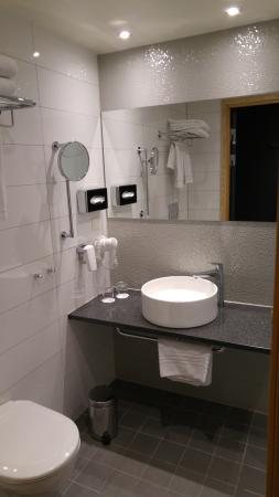 Solna, Sverige: Room 2015 bathroom
