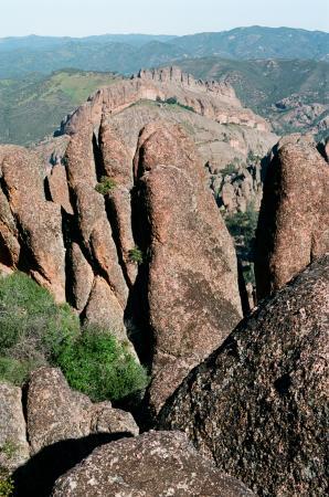 Soledad, Kalifornien: View of entire Balconies Cliffs and Trail, in distance. Tom Brody