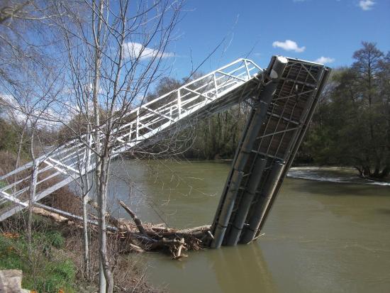 Posada-Cafeteria La Casona de Valbuena : Damaged bridge on the Duero