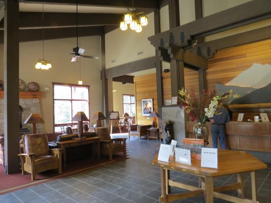 Wuksachi Lodge: Check-in and general sitting area by fire to left