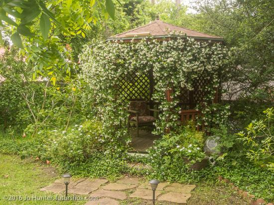 Avenue O Bed and Breakfast: Pretty gazebo in the garden