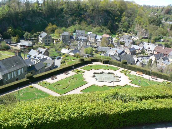 Le jardin, aménagé à la française, en contrebas - Picture of ...