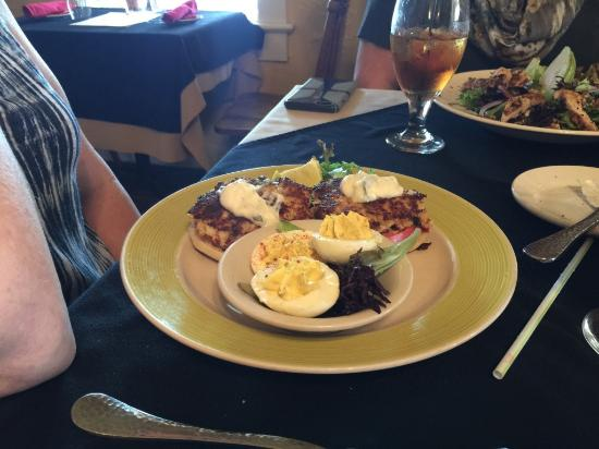 Morehead City, Karolina Północna: Crab cakes with deviled eggs as a side