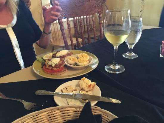 Morehead City, Karolina Północna: Another crab cake lunch plate with a side of deviled eggs