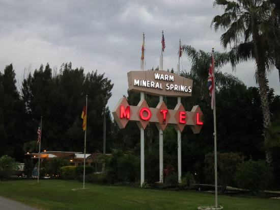 Warm Mineral Springs Motel: Warm Mineral Springs, Mar 2016 - neon signage