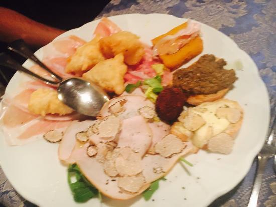 Montaione, Italien: Chocoladesouffle, artisjok, biefstuk, selectie voorgerechten (aanrader)