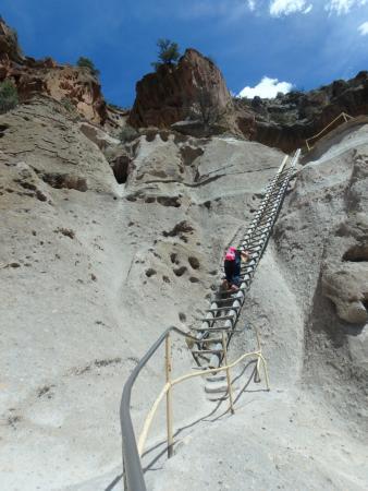 Los Álamos, Nuevo Mexico: Climbing some of the steep ladders.