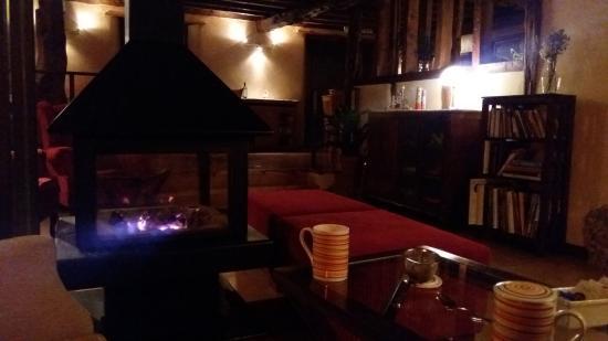Valdemaluque, Spain: Sala con ambiente relajado y chimenea para tomar el ultimo cafe / copa del dia